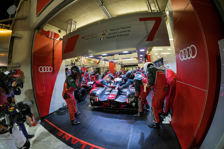 Teh no7 audi r18 being worked on in the audi garage after for Mirror r18 patch